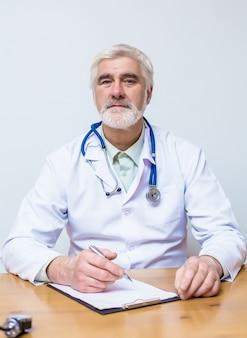 Doctor sentado en un escritorio