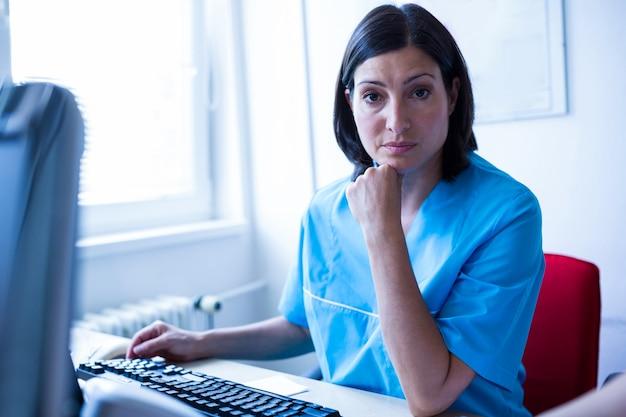 Doctor sentado en la oficina médica en el hospital