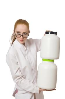 Doctor de sexo femenino joven que sostiene el tarro de proteína aislado en blanco
