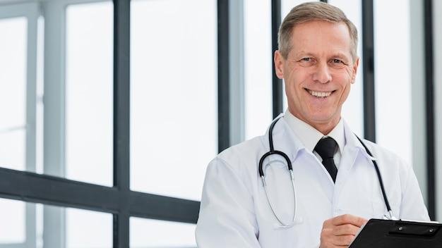 Doctor sonriente de ángulo bajo