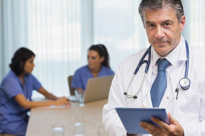 Doctor sonriente con tableta
