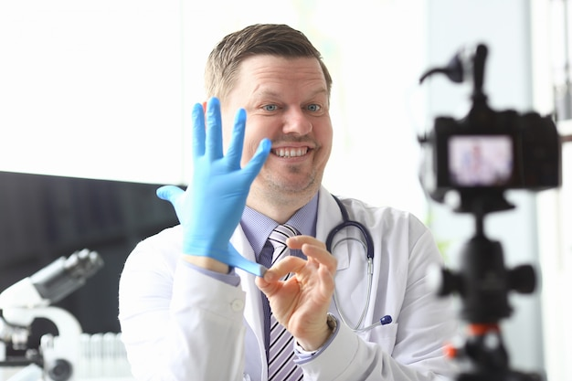 Doctor sonriente divertido demostrativo tirando