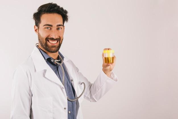 Doctor sonriente con una prueba de orina