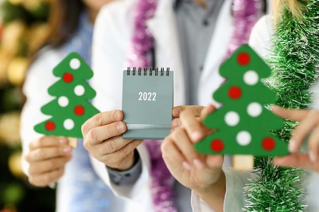Doctor sosteniendo el calendario en manos femeninas concepto de planificación de tratamiento médico