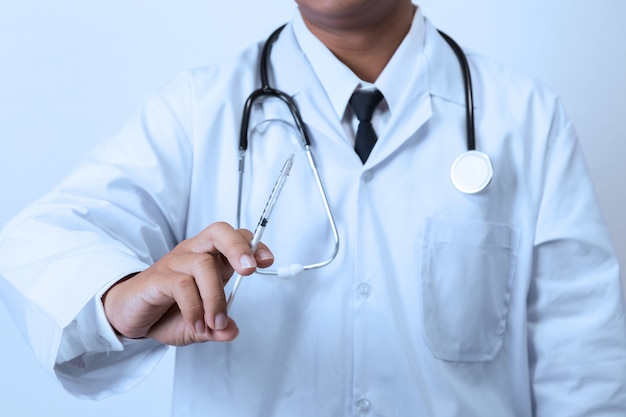 Doctor sosteniendo una jeringa