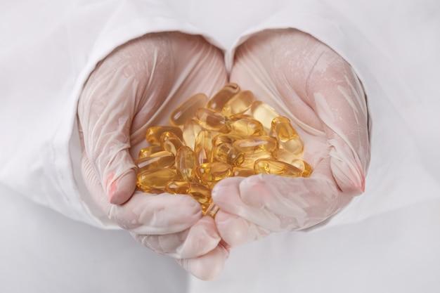 Doctor sosteniendo un montón de pastillas