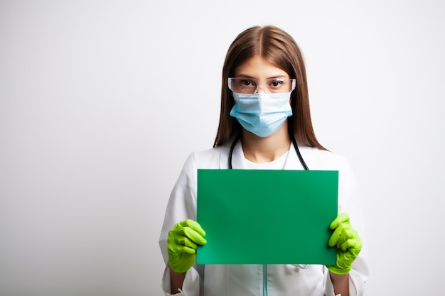 Doctor sosteniendo papel en blanco vacío