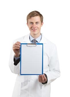Doctor sosteniendo un portapapeles en blanco aislado