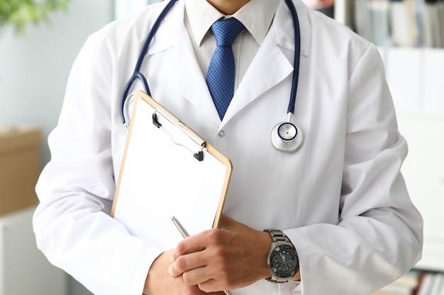 Doctor sosteniendo portapapeles médico