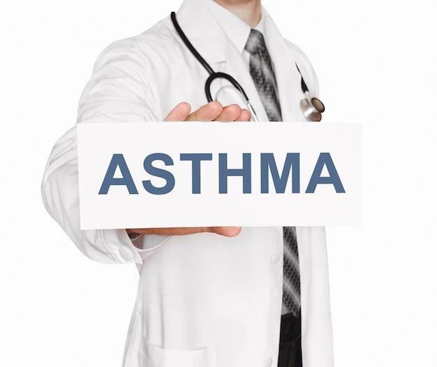 Doctor sosteniendo una tarjeta con asma, concepto médico