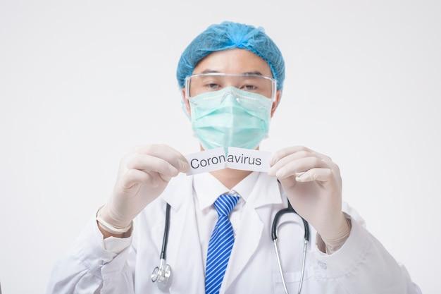 El doctor sostiene la tarjeta de coronavirus sobre fondo blanco.