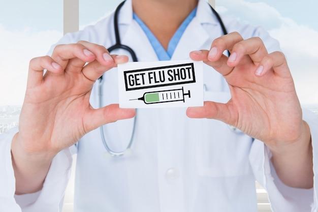 Doctor sujetando una tarjeta preventiva