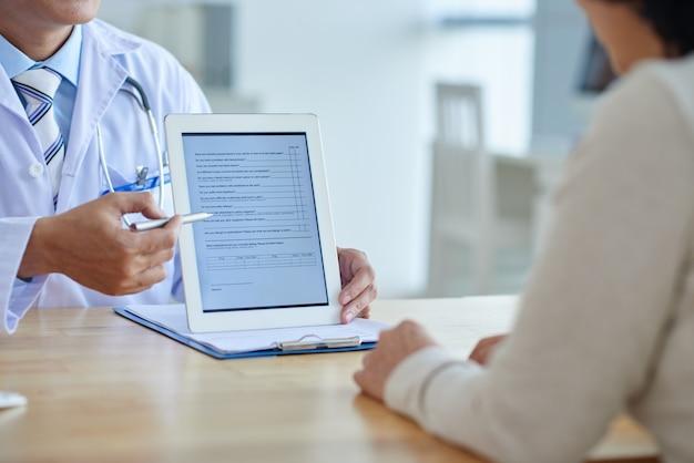 Doctor con tableta digital