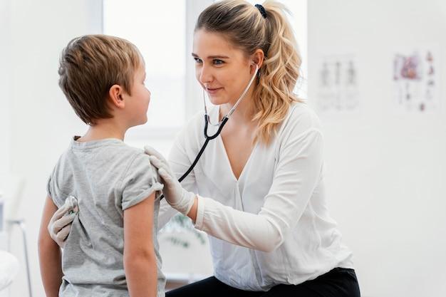 Doctor de tiro medio, control, niño