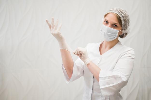 Doctor de tiro medio con guantes