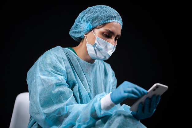 Doctor de tiro medio con smartphone