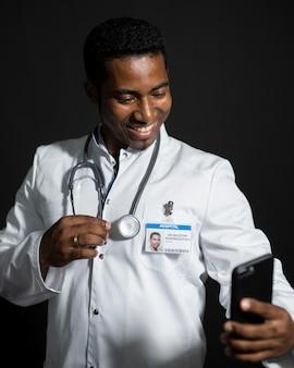 Doctor de tiro medio tomando selfie