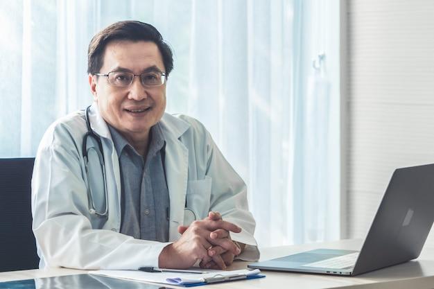 Doctor trabajando con datos de salud del paciente en la oficina del hospital.