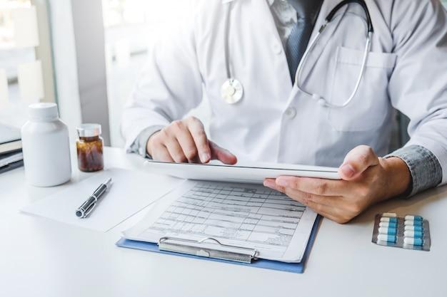 Doctor trabajando en un hospital
