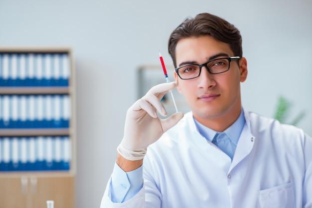 Doctor trabajando con muestras de sangre