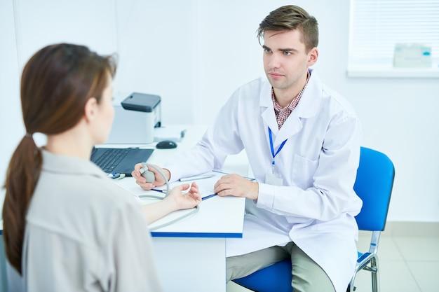 Doctor trabajando con paciente