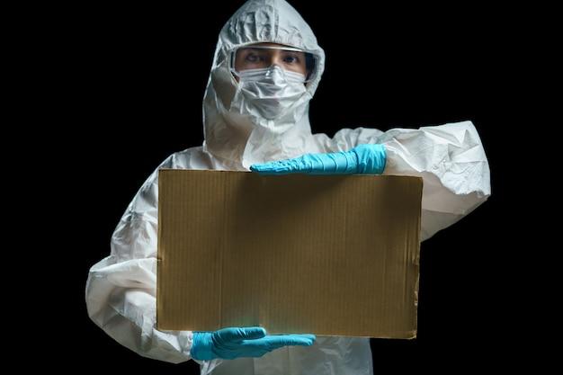 Doctor en traje de materiales peligrosos con un cartel