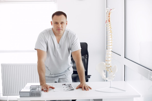 Doctor en uniforme blanco en la oficina