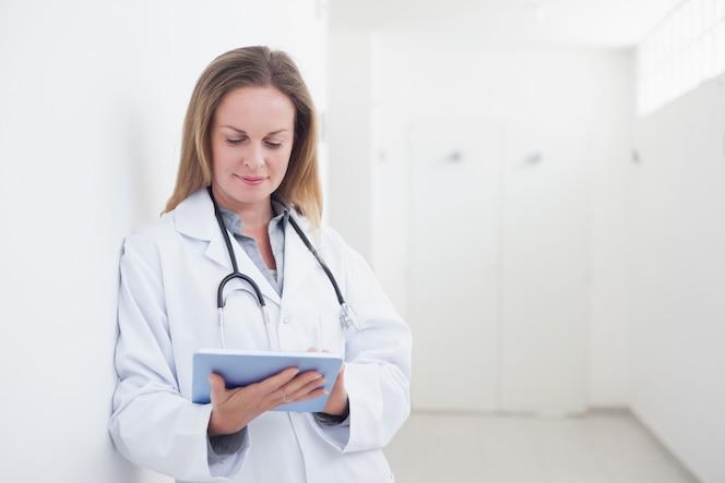 Doctor usando un ebook