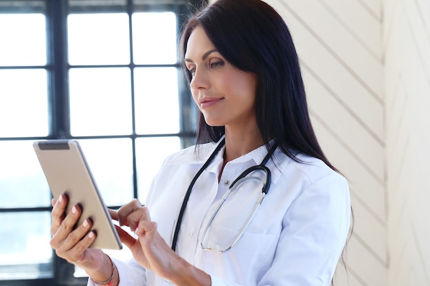 Doctor vestido con un estetoscopio y bata blanca