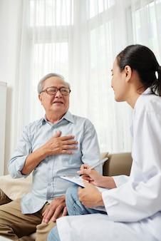 Doctor visitando al paciente en casa