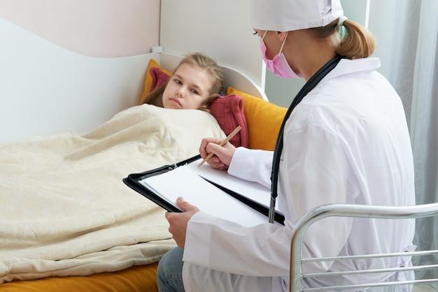 Doctor visitando niña enferma en casa y escribiendo prescripción, concepto de chimenea