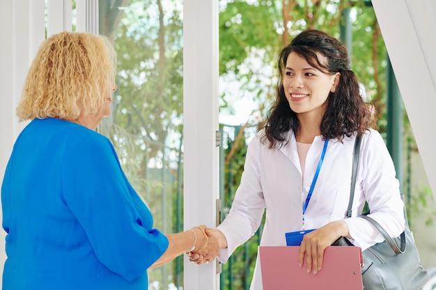 Doctor visitando paciente senior en casa