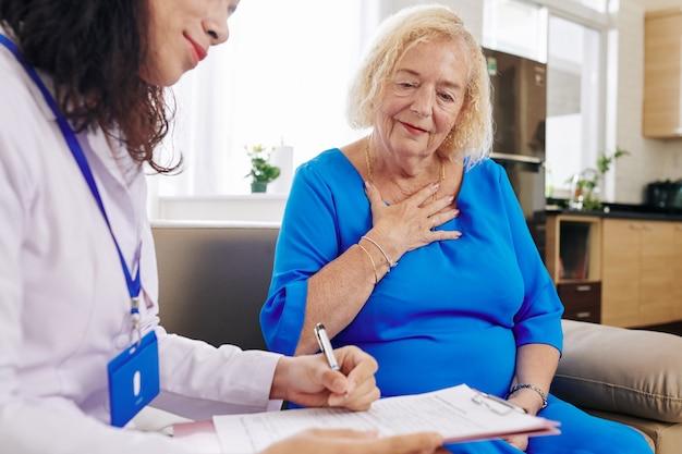 Doctor, visitar, mujer mayor, en casa