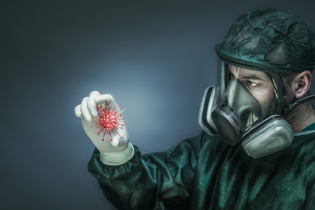 Doctor vistiendo ropa protectora y una máscara grande con filtros