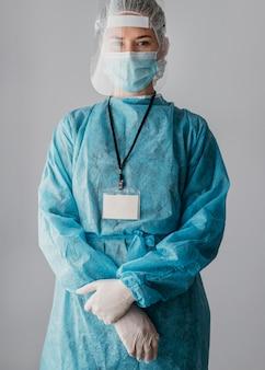 Doctor vistiendo ropa protectora