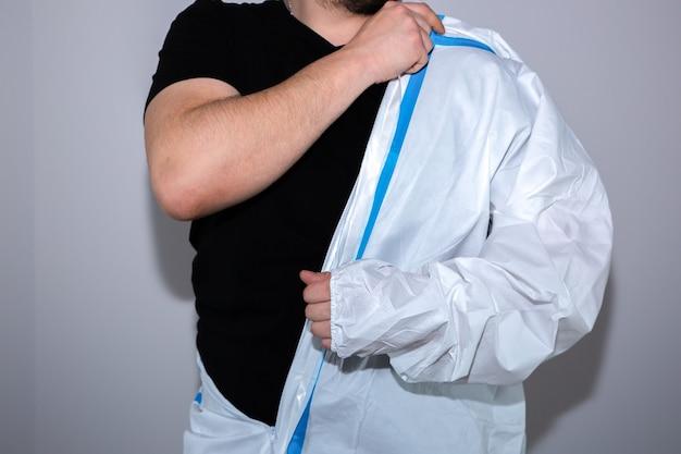 Doctor vistiendo traje de protección médica. protección mers por epidemia de virus. coronavirus (covid-19). concepto de salud.