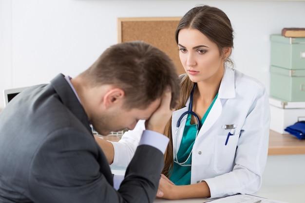 Doctora amable sosteniendo la mano del paciente apoyándolo