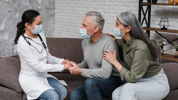 Doctora apoyando a sus pacientes