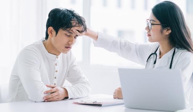 Doctora asiática está comprobando la salud del paciente