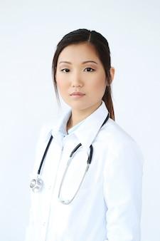 Doctora asiática posando, especialista en medicina