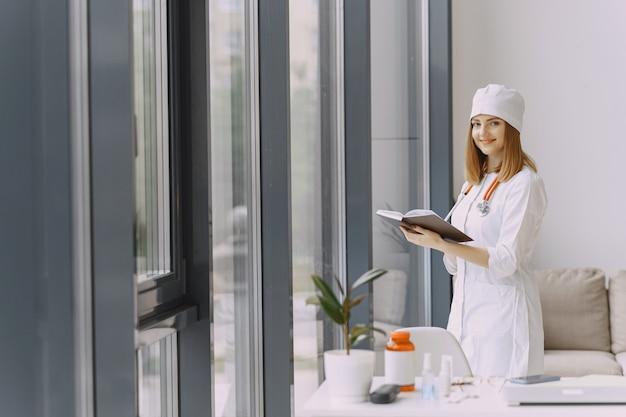 Doctora con bata blanca en el hospital