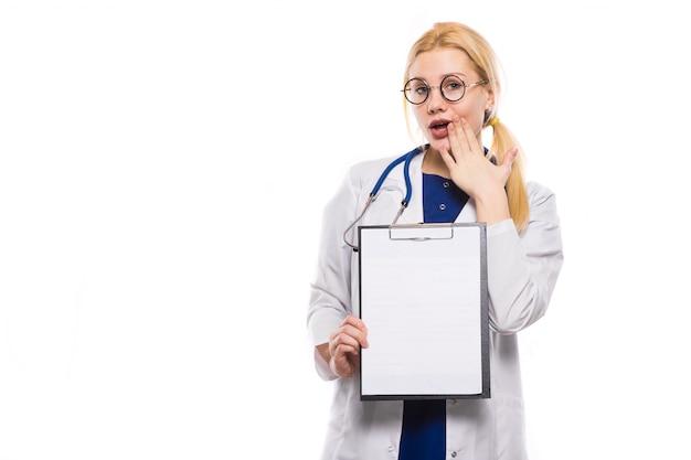 Doctora en bata blanca con portapapeles