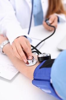Doctora brazos hacen médico procedimiento closeup