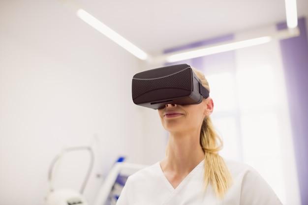 Doctora con casco de realidad virtual