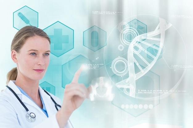 Doctora concentrada trabajando con una pantalla virtual