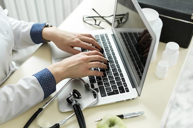 Doctora escribiendo en un ordenador portátil