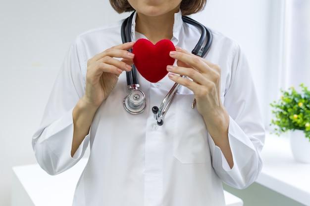 Doctora con estetoscopio con corazón