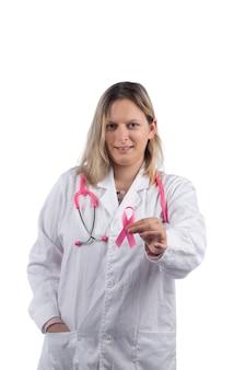 Doctora con estetoscopio rosa con cinta rosa de cáncer de mama