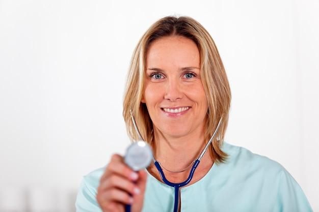 Doctora con estetoscopio