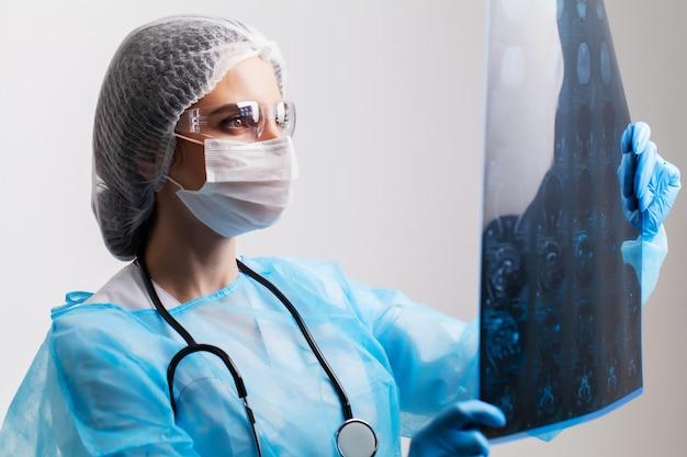 Doctora examina una imagen de resonancia magnética de un paciente